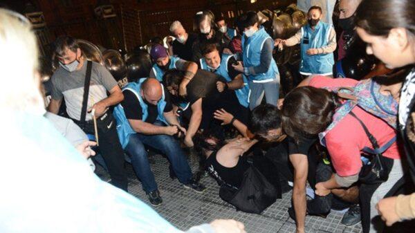 Violentos grupos opositores atacaron a agentes de tránsito en Casa Rosada y pelearon entre sí